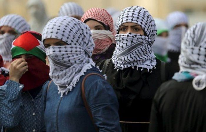 Wanita Palestina mencoba menusuk tentara